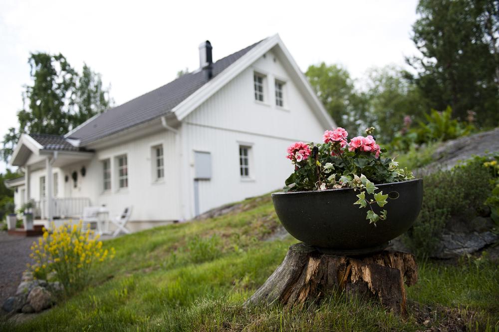 """Ett hus målat """"vitt i vitt"""" har samma nyans på både fasad och detaljer."""