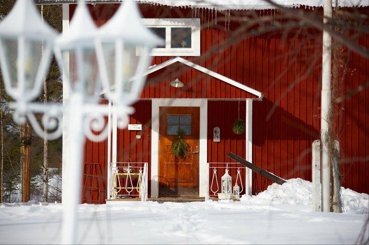 Många äldre svenska hus är målade i rött med vita detaljer.  Rätt skött är detta en kombination som står sig över åren, och färgen passar lika bra både sommar och vinter.