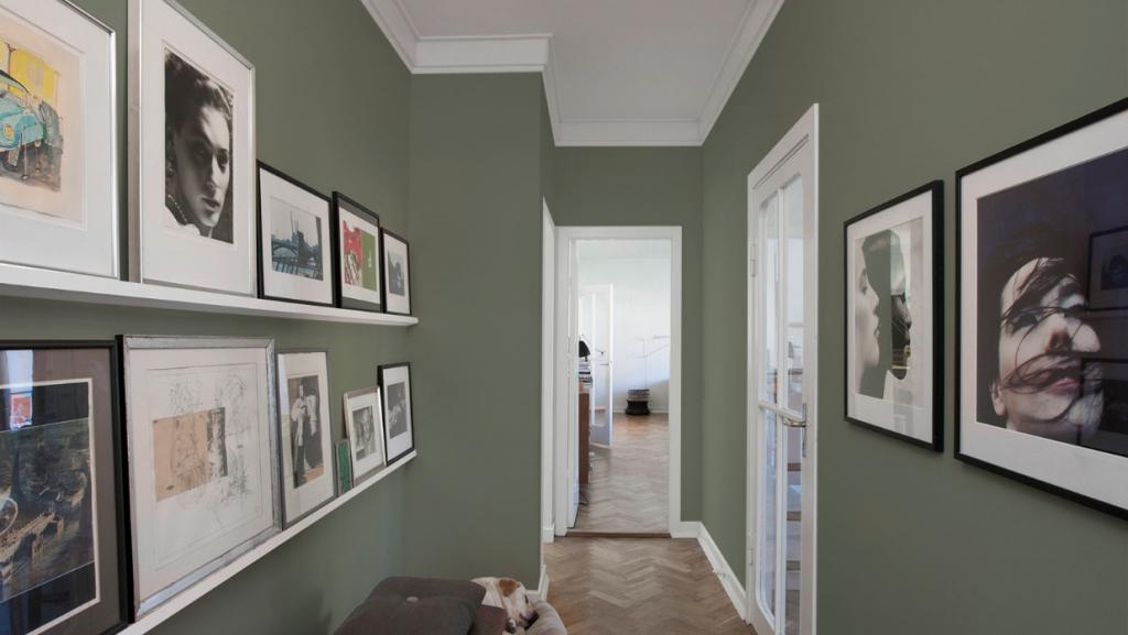 Välj en markant och inbjudande nyans till väggarna. Det ger en tydlig kontrast till det vita i tak, stuckatur och snickerier. Kulören heter 4507
